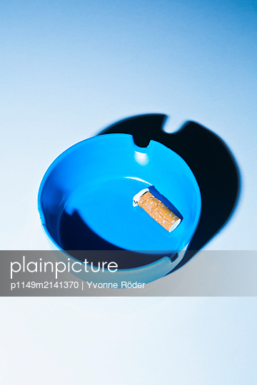Cigarette in ash tray - p1149m2141370 by Yvonne Röder
