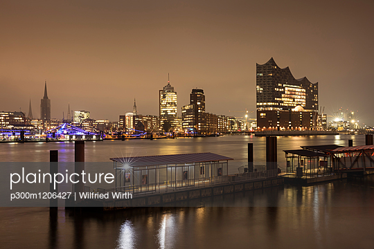 Germany, Hamburg, view to skyline with Hafencity and Elbe Philharmonic Hall at night - p300m1206427 by Wilfried Wirth