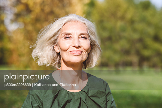 Beautiful mature woman at park - p300m2226639 by Katharina und Ekaterina