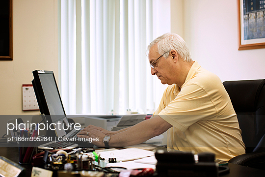 USA, New York State, Office worker using computer