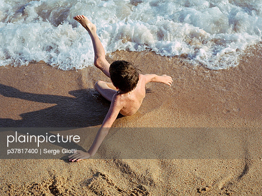 Child on the beach - p37817400 by Serge Giotti