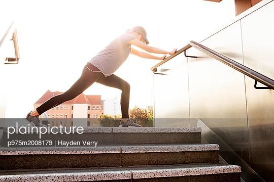 Junge Frau - p975m2008179 von Hayden Verry