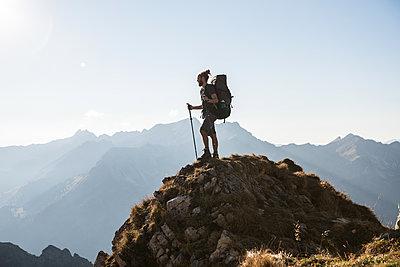 Junger Wanderer in den Bergen - p1142m2053931 von Frithjof Kjer