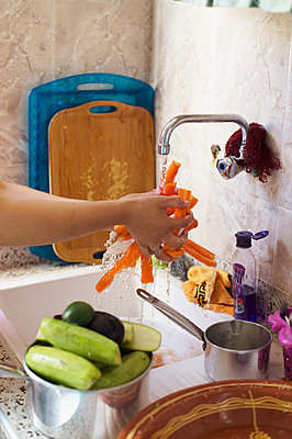 Cleaning vegetable - p1167m2269928 by Maria Schiffer