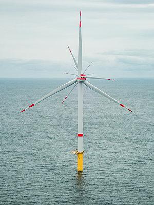 Windenergieanlagen in Reih und Glied - p1549m2209228 von Sam Green