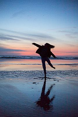 Dancing on the beach - p1621m2278171 by Anke Doerschlen