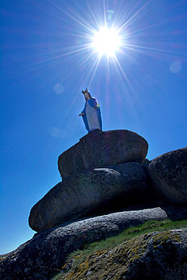 Statue of the Blessed Virgin on a pilgrimage - p813m904300 by B.Jaubert