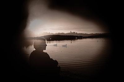 Woman on lakeshore - p945m2157546 by aurelia frey