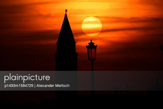 Sonnenuntergang hinter dem Campanile vom Markusplatz, Venedig - p1493m1584729 von Alexander Mertsch