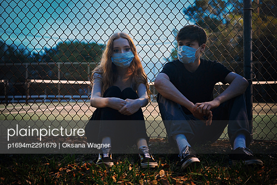 Junges Paar mit Masken an einem Sportplatz - p1694m2291679 von Oksana Wagner