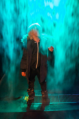 Little boy standning in downstreaming vapor - p1418m1591256 by Jan Håkan Dahlström