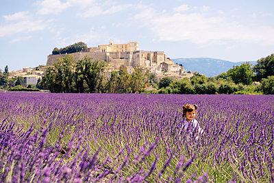 France, Grignan, happy baby girl in lavender field - p300m2069845 von Gemma Ferrando