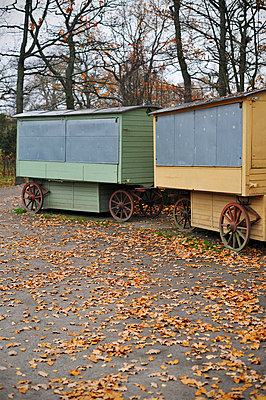 Zwei alte Wagen - p715m694496 von Marina Biederbick