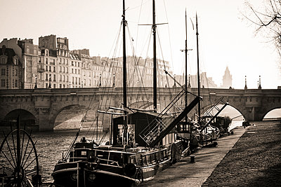 Pont Neuf and the Ile de la Cite in Paris, France - p813m1214761 by B.Jaubert