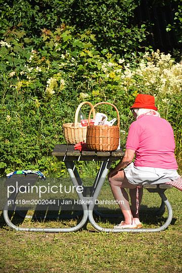 Elderly woman on picnic - p1418m2002044 by Jan Håkan Dahlström