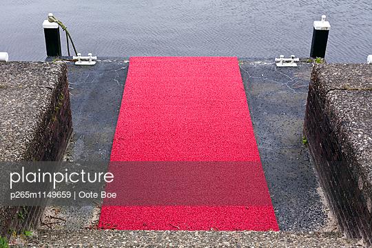 Roter Teppich zum Wasser - p265m1149659 von Oote Boe