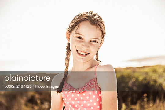 Portrait of cute girl wearing bathing suit - p300m2167125 by Floco Images