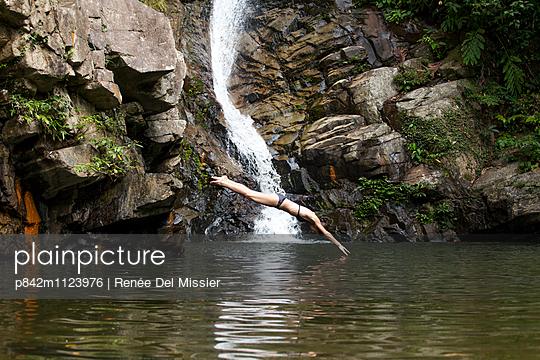 Kopfsprung ins Wasser - p842m1123976 von Renée Del Missier