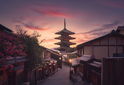 Yasaka Pagoda and Sannen Zaka Street in Kyoto at sunset, Japan. - p1166m2078516 by Cavan Images