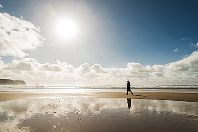 France, Bretagne, Finistere, Crozon peninsula, woman walking on the beach - p300m1120416f by Uwe Umstätter