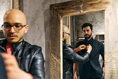 Man with client wearing new stylish suit in front of mirror - p300m2023981 by Josep Rovirosa