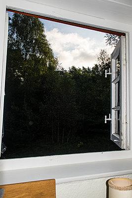 Offenes Fenster - p930m1491879 von Phillip Gätz