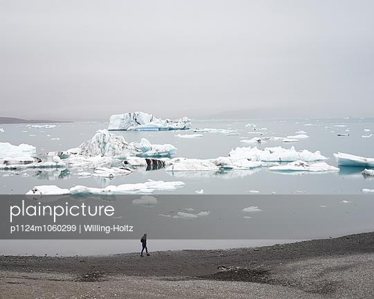 Frau spaziert an Gletschersee - p1124m1060299 von Willing-Holtz