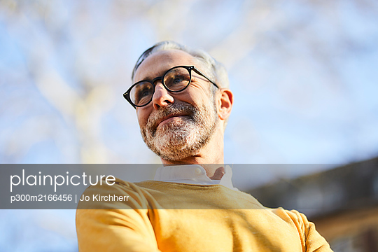 Portrait of confident mature man outdoors - p300m2166456 by Jo Kirchherr