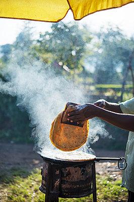 Africa, Uganda, Streetfood - p1167m2283456 by Maria Schiffer