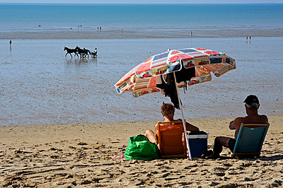 Quiet Picnic on the beach - p589m892165 by Thierry Beauvir