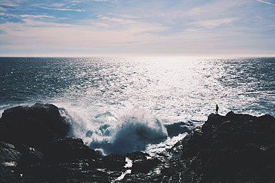 Silhouette an der Küste - p1249m1137802 von Marcokd