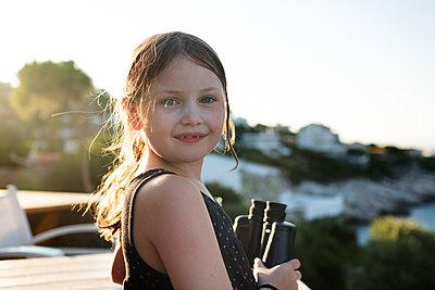 Kind mit Fernglas - p1386m1476616 von beesch