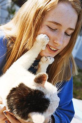 Teenager spielt mit ihrer Katze - p1577m2280991 von zhenikeyev
