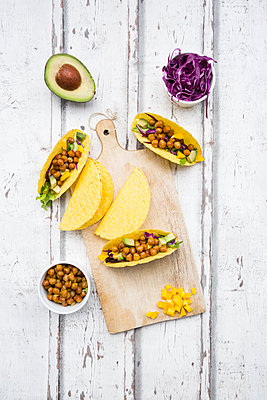 Vegetarian tacos filled with in curcuma roasted chick peas, yellow paprika, avocado, salad and red cabbage - p300m2012860 von Larissa Veronesi
