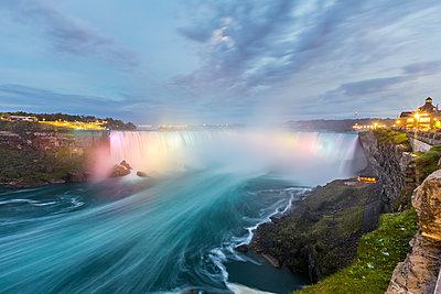 Canada, Ontario, Niagara Falls dramatic long exposure view at dusk - p300m2013263 by William Perugini