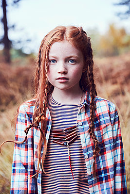 Portrait of young girl in rural setting - p429m1407854 by Emma Kim
