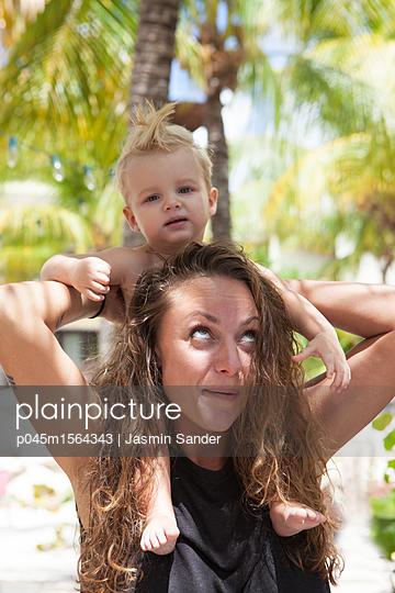 Baby bei Mutter auf Schultern - p045m1564343 von Jasmin Sander