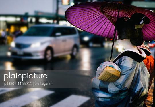 Zwei japanische Maiko warten an einem Zebrastreifen - p1180m1155044 von chillagano