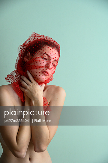 Woman with a transparent cloth over her head - p427m2254041 by Ralf Mohr