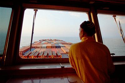 Ausschau halten an Bord eines Containerschiffes - p1099m1516522 von Sabine Vielmo