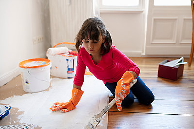 DIY girl painting - p1192m2016770 by Hero Images
