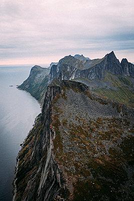 Blick von Berg Segla auf Gebirgskette Hesten in Norwegen bei Sonnenaufgang - p1497m2142614 von Sascha Jacoby
