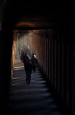 Leute in einem dunklen Tunnel - p4250158 von Christian Bodensteiner