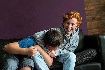 Zwei Jugendliche raufen miteinander - p427m1465447 von Ralf Mohr