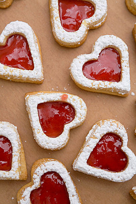 Herzförmige Plätzchen mit Marmelade - p4470351 von Anja Lubitz