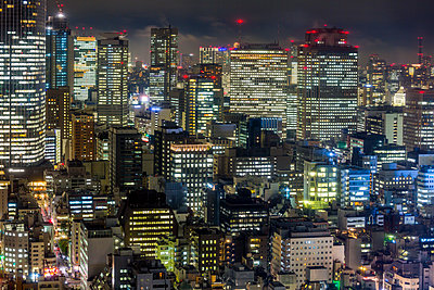 Downtown city buildings at night, Tokyo, Japan, Asia - p871m1499959 by Gavin Hellier