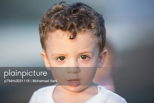 Niedlicher kleiner Junge blickt in die Kamera - p794m2031118 von Mohamad Itani
