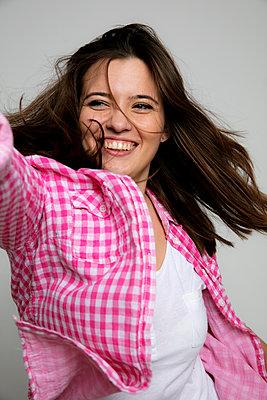 Eine junge Frau feiert  - p1212m1526025 von harry + lidy
