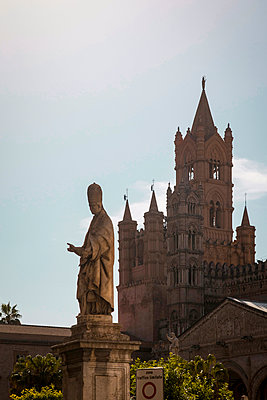 Statue in front of the Palermo Cathedral - p382m2186077 by Anna Matzen