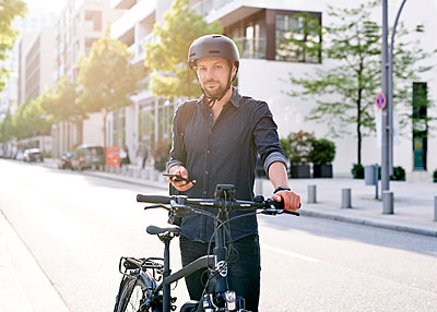 Bicycle courier using smartphone - p1124m2052986 by Willing-Holtz